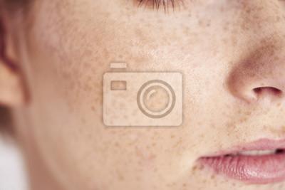 Papiers peints Gros plan du visage de femme avec des taches de rousseur