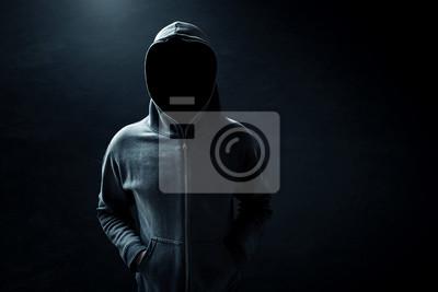 Papiers peints Hacker debout seul dans la chambre noire