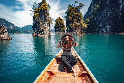 Papiers peints happy young woman tourist in asian hat on the boat at lake