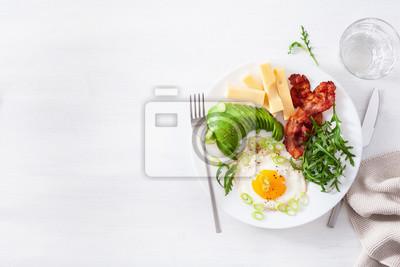 Papiers peints healthy keto breakfast: egg, avocado, cheese, bacon
