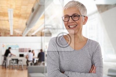 Papiers peints Heureuse femme d'affaires souriante dans un bureau. Travail d'équipe, concept de réussite