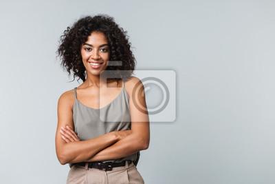 Papiers peints Heureuse jeune femme africaine occasionnellement habillé debout