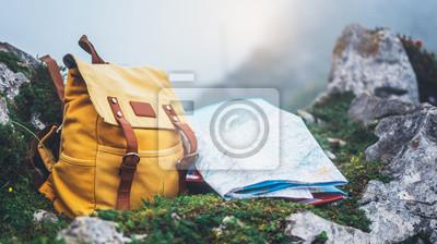 Papiers peints Hipster randonneur touristique jaune sac à dos et carte de l'europe sur la nature de l'herbe verte de fond en montagne, paysage panoramique floue, voyageur se détendre concept de vacances, Découvre le