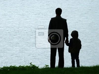 homme et la silhouette de l'enfant à la soirée
