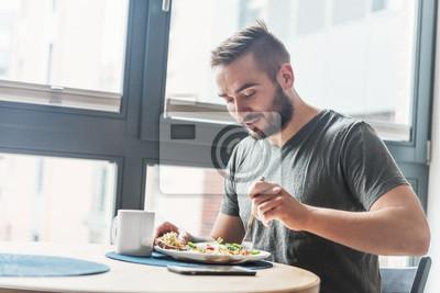 Papiers peints Homme mangeant un petit déjeuner sain.