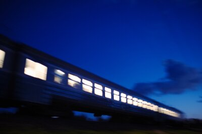 Papiers peints Illumination de train voyageant passé la nuit