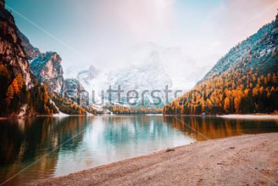 Papiers peints Image panoramique du lac alpin Braies (Pragser Wildsee). Lieu place Parc national des Dolomites Fanes-Sennes-Braies, Italie, Europe. Superbe photo de sauvage. Explorez la beauté de la terre. Concept d