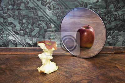 Papiers peints image surréaliste d'une pomme reflétant dans le miroir