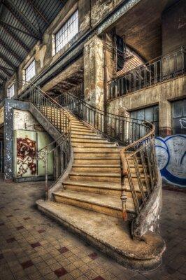 Papiers peints Imposant escalier intérieur de la salle d'une ancienne centrale électrique