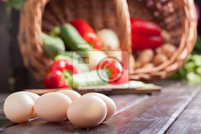 Ingrédients alimentaires: les œufs et les légumes dans un panier en osier.