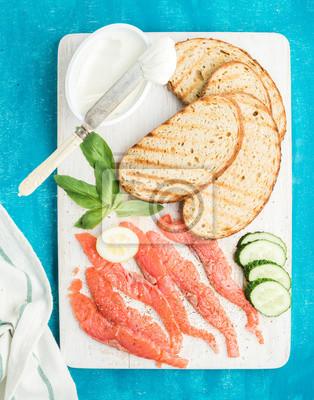 Ingrédients pour sandwich sain. Grillé, pain, tranches, fumé, saumon, cottage, fromage, concombre, basilic, blanc ...