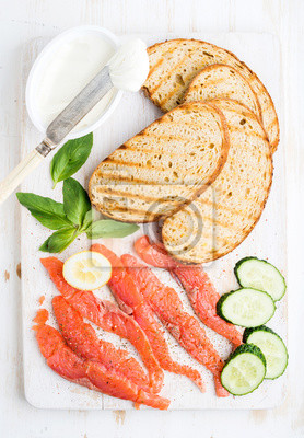 Ingrédients pour sandwich sain. Grillé, pain, tranches, fumé, saumon, cottage, fromage, concombre, nd, basilic, blanc, bois, planche