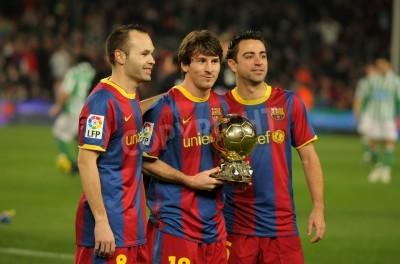 Papiers peints Iniesta, Messi et Xavi de Barcelone avec Golden Ball avant un match Coupe d'Espagne entre le FC Barcelone et le Real Betis au Stade Camp Nou le 12 Janvier 2011 à Barcelone, Espagne