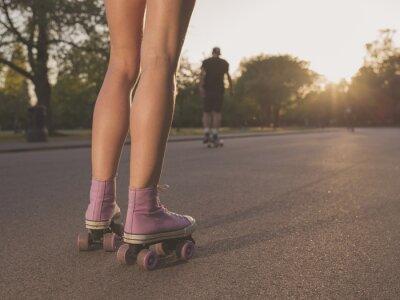 Papiers peints Jambes de jeune femme rouleau de patinage dans le parc