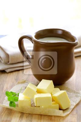 jaune beurre frais sur une table en bois