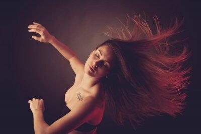 Papiers peints Jeune brunette caucasien danse femme et ses cheveux qui coule à travers l'air