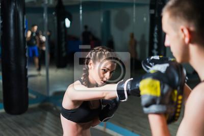 Papiers peints Jeune combattant boxer fit fille avec des gants de boxe à  l entraînement f1d516b8246