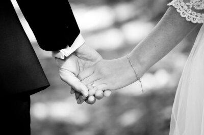 Papiers peints Jeune couple marié tenant par la main