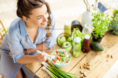 Papiers peints Jeune et heureux, femme, manger, santé, salade, assis, table, vert, frais, ingrédients, intérieur