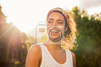 Papiers peints Jeune femme africaine souriante au coucher du soleil