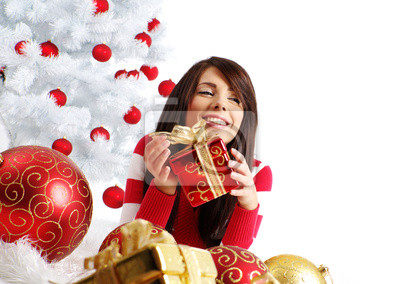 jeune femme avec boîte-cadeau à côté arbre de Noël blanc