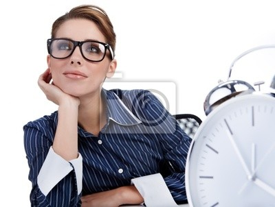 jeune femme d'affaires avec une grande horloge
