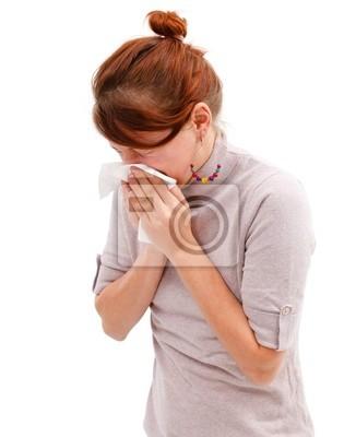 Jeune femme soufflant son nez