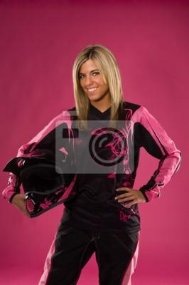 jeune fille blonde dans le sport automobile outift cheval sur fond rose