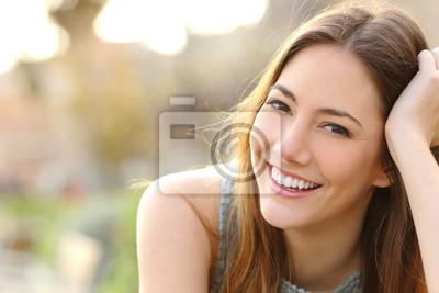 Papiers peints Jeune fille souriante avec un sourire parfait et dents blanches
