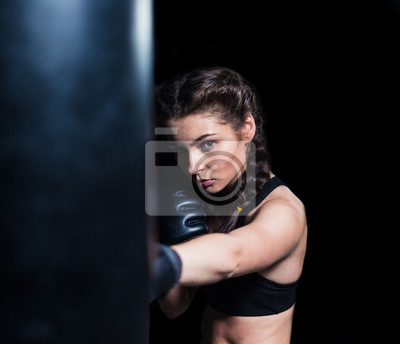 Papiers peints Jeune garçon combattant en forme de fille portant des gants  de boxe en entraînement 6ec9029d657