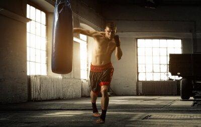 Papiers peints Jeune homme séance d'entraînement de boxe dans un vieux bâtiment