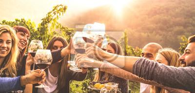 Papiers peints Jeunes amis s'amusant en plein air - Heureux gens profitant des vendanges à la campagne du vignoble de la ferme - Concept de jeunesse et d'amitié - Mains portant un verre de vin rouge au vignoble avan