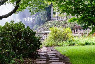 Papiers peints Joli sentier dans le beau jardin d'été