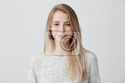 Papiers peints Jolie souriante joyeusement femelle aux cheveux blonds, habillée de façon décontractée, regardant avec satisfaction devant la caméra, être heureuse. Coup de Studio de belle femme belle isolée contre l