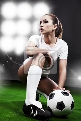 Joueur de football sexy, femme sur le stade