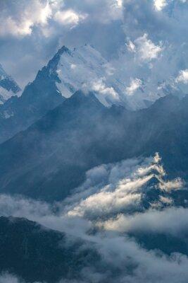 Papiers peints Journée nuageuse dans les montagnes