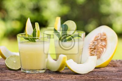 jus de melon dans le verre sur la table en bois