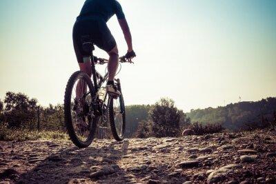 Papiers peints L'homme à cheval sur une route sale sur un vélo de montagne