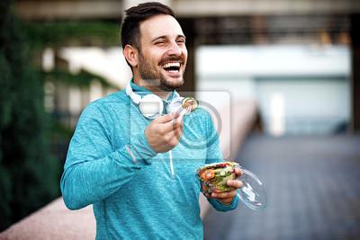 Papiers peints L'homme mange de la salade de légumes