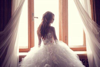 Papiers peints La belle mariée contre une fenêtre à l'intérieur