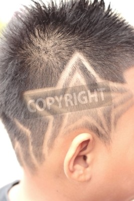 La coupe de cheveux de gar on avec tondeuse et rasoir dans le papier peint papiers peints Coupe garcon tondeuse