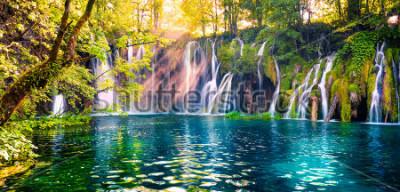 Papiers peints La dernière lumière du soleil illumine la cascade d'eau pure du parc national de Plitvice. Panorama printanier coloré de la forêt verte avec le lac bleu. Grande vue sur la campagne de Croatie,