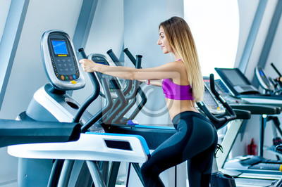 La fille se forme dans la salle de gym papier peint • papiers peints ... 78f125192c0