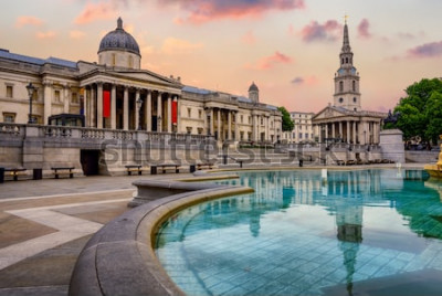 Papiers peints La place Trafalgar à Londres, en Angleterre, avec la National Gallery et l'église St Marting on the Fields sous un jour dramatique