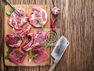 La viande crue avec des épices.