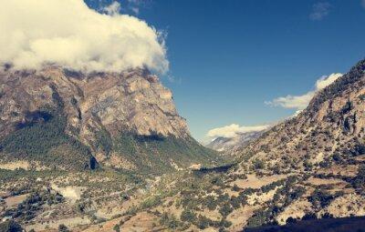 Papiers peints Large vallée de montagne avec rivière traversant.