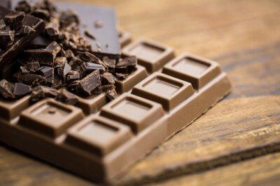 Papiers peints Le chocolat noir et lait sur une table en bois