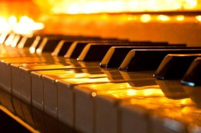 Papiers peints Le clavier du piano dans la lumière dorée