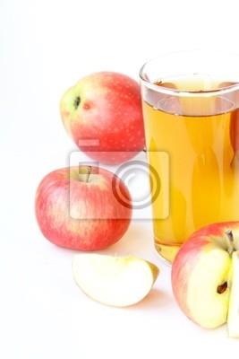 Le jus de pomme en verre et pommes fraîches sur fond blanc