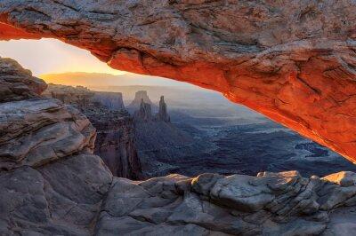 Papiers peints Le lever du soleil jaune au rouge Mesa Arch dans le parc national de Canyonlands, Utah, USA